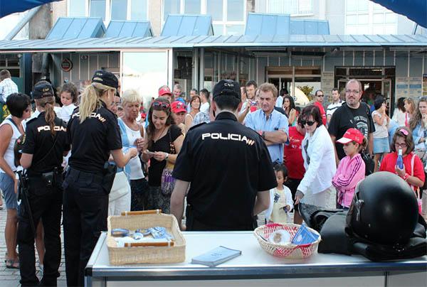 La polic a nacional instalar stands en la vuelta ciclista - Policia nacional cadiz ...
