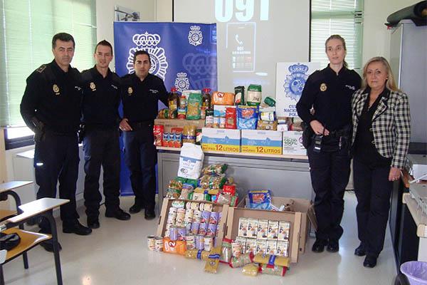 La polic a nacional recolecta alimentos para donarlos a - Policia nacional cadiz ...