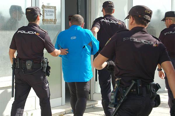Acaba detenido tras amenazar con un hacha a su vecina - Policia nacional algeciras ...