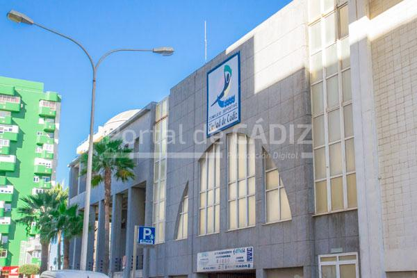 El ayuntamiento licitar la renovaci n de equipos y for Piscina ciudad de cadiz