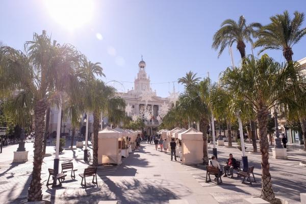 La plaza san juan de dios vuelve a lucir sin toldos y con for Toldos juan de dios